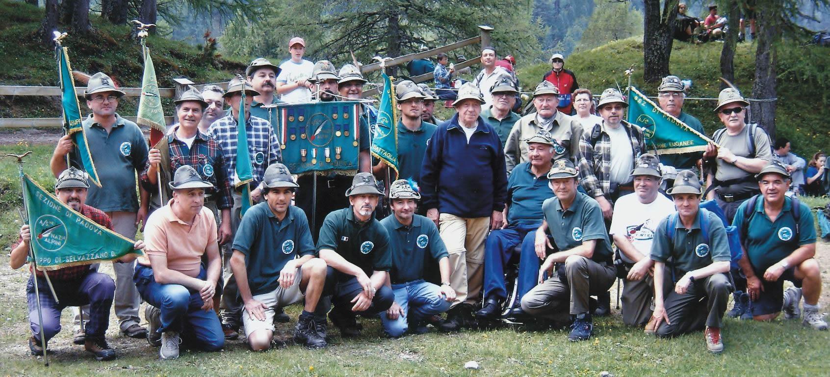 2006: Alpini di Piove e della Sezione con il Presidente Perona