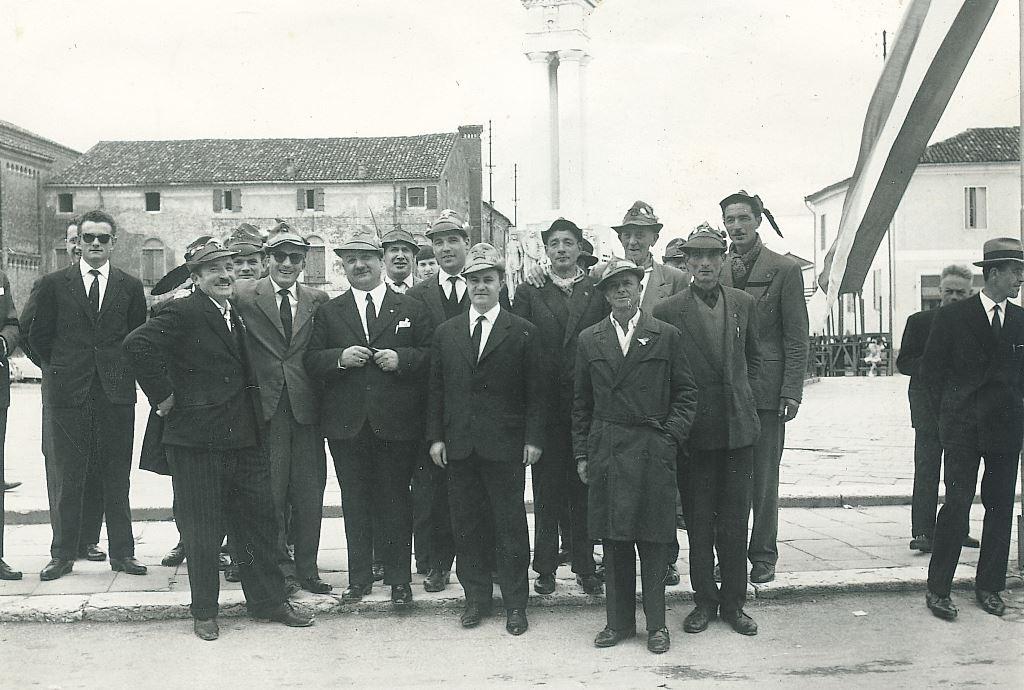 Alpini di Piove davanti al Monumento ai caduti Anni 60
