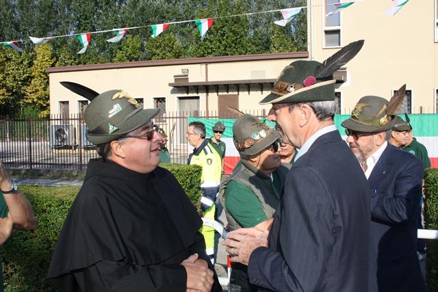 Padre Poiana (Rettore della Basilica del Santo) con il Capogruppo Mario Pegoraro